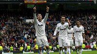 Cristiano Ronaldo (vlevo) a Mesut Özil společně už v Realu Madrid góly slavit nebudou.