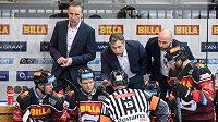 Trenéři Sparty Praha Miloslav Hořava (vlevo), Josef Jandač a sportovní manažer Jaroslav Hlinka řeší s rozhodčím neuznaný gól během utkání.