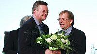 Nový šéf německého fotbalového svazu Reinhard Grindel (vlevo) s dočasným předchůdcem Rainerem Kochem ve Frankfurtu.