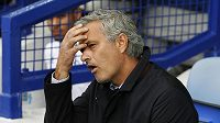 Kouč Chelsea José Mourinho při zápase na hřišti Evertonu.