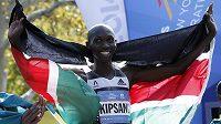Keňan Wilson Kipsang slaví své vítězství na maratónu v New Yorku.