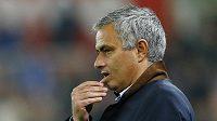 Zasmušilý trenér Chelsea José Mourinho.