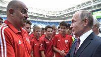 Trenér ruských fotbalistů Stanislav Čerčesov přijímá gratulaci od ruského prezidenta Vladimíra Putina.