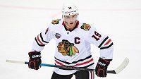 Kapitán Chicaga Jonathan Toews během utkání NHL proti Philadelphii.