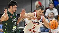 Zleva Erkan Yilmaz z Bandirmy a Pavel Pumprla z Nymburka v osmifinále basketbalové Ligy mistrů.
