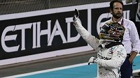 Lewis Hamilton zdraví diváky na okruhu Yas Marina po triumfu v kvalifikaci na Velkou cenu Abú Zabí.