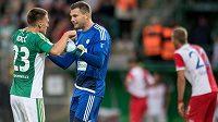 Fotbalisté Boheminas Milan Kocič (vlevo) a Tomáš Fryšták oslavují remízu 0:0 se Slavií.