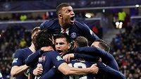 Fotbalisté Paris St Germain se radují z gólu v semifinále francouzského poháru proti Lyonu.