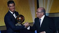 Cristiano Ronaldo přijímá gratulace od Josepha Blattera poté, co získal Zlatý míč 2014.