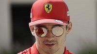 Mick Schumacher v paddocku při závodech formule 2 v Bahrajnu.