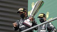 Lewis Hamilton s trofejí pro vítěze závodu.