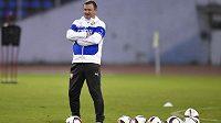Kouč Pavel Vrba sleduje trénink české fotbalové reprezentace před zápasem s Islandem.