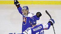 Slovák Ladislav Nagy se raduje z gólu proti Kanadě. Vpravo Martin Marinčin.