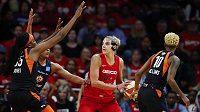 Basketbalistka Washingtonu Elena Delle Donneová v obklopení hráček Connecticutu ve finálovém utkání WNBA.