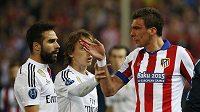 Útočník Atlética Mario Mandžukič (vpravo) při výměně názorů s Danim Carvajalem z Realu Madrid (vlevo).