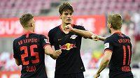 Patrik Schick (uprostřed) z Lipska se raduje po gólu proti Kolínu s Danim Olmem (vlevo) a Timem Wernerem.