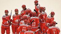 Třinečtí hokejisté slaví vítězství nad Stavangerem.