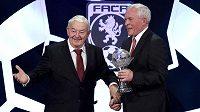 Rudolf Baťa (vlevo) a Ivo Viktor během vyhlášení jubilejního 50. ročníku ankety Fotbalista roku.