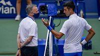 Srbský tenista Novak Djokovič diskutuje s rozhodčím na US Open.