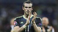 Velšan Gareth Bale děkuje fanouškům za podporu po semifinálovém duelu ME s Postugalskem.
