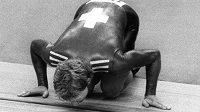 Švýcar Robert Dill-Bundi líbá dráhu po svém olympijském triumfu v Moskvě.