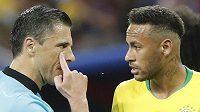Brazilec Neymar po jednom z pokusů vykoledovat si penaltu ve čtvrtfinále s Belgií, vlevo srbský sudí Milorad Mažič