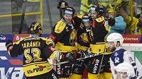 Litvínovští hráči se radují z úvodní branky posledního barážového duelu proti Kladnu