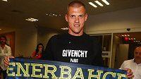 Kapitán slovenské reprezentace Martin Škrtel zapózoval hned na istanbulském letišti se šálou Fenerbahce.