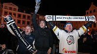 Fanoušci Bílých Tygrů na náměstí Dr. Eduarda Beneše slaví vítězství Liberce.
