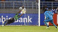 Brankář Pobřeží slonoviny Boubacar Barry (vpravo) proměňuje rozhodující penaltu ve finále afrického šampionátu.