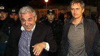José Mourinho (vpravo) v roce 2008 takto kráčel po boku kontroverzního majitele Steauy Gigiho Becaliho.