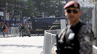 Policisté hlídají místo, kde ženisté pracují s podezřelým balíčkem.