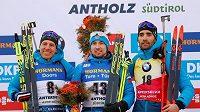 Sprint na MS biatlonistů vyhrál Alexander Loginov, druhé místo bral Quentin Fillon Maillet (vlevo) a třetí byl Martin Fourcade.