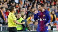 Barcelonský Lionel Messi se při utkání s Valencií dohaduje s asistentem rozhodčího.