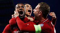 Liverpoolská radost! Georginio Wijnaldum (vlevo), Jordan Henderson (vpravo) a Trent Alexander-Arnold po gólu proti Barceloně.
