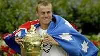 Australský tenista Lleyton Hewitt s pohárem za vítězství ve Wimbledonu v roce 2002.