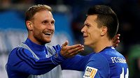 Benedikt Höwedes (vlevo) slaví gól se svým dnes již bývalým spoluhráčem ze Schalke Jevgenem Konopljankou.