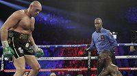 Tyson Fury posílá k zemi Deontaye Wildera během zápasu v Las Vegas.
