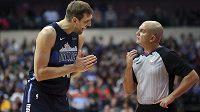 Německý veterán Dirk Nowitzki si jako šestý basketbalista v historii připsal v NBA 900. výhru v základní části.