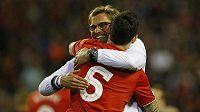Liverpoolký kouč Jürgen Klopp s Dejanem Lovrenem během odvety semifinále Evropské ligy se Sevillou.
