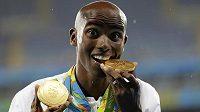 Mo Farah pózuje fotografům se zlatými olympijskými medailemi z Ria po triumfech v běhu na 5000 a 10 000 metrů.