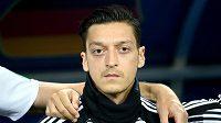 Mesut Özil se ocitl pod tvrdou palbou politiků