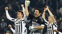 Gianluigi Buffon slaví se svými spoluhráči z Juventusu ligové vítězství.