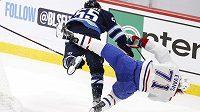 Hokejista Winnipegu Jets Mark Scheifele (55) brutálně srazil střelce gólu Montrealu Canadiens Jakea Evanse chvíli před koncem utkání play off NHL.