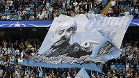 Fanoušci Manchesteru City s transparentem s podobiznou kouče Pepa Guardioly během odvety play off Ligy mistrů.