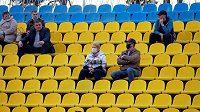 Fanoušci sledující běloruskou fotbalovou ligu během koronavirové krize.