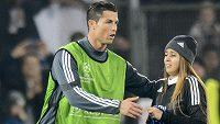 Už před zápasem v Basileji byl Cristiano Ronaldo z Realu středem pozornosti, fanynka se dostala až na hrací plochu.