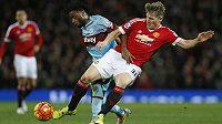 Bastian Schweinsteiger z Manchesteru United a Alex Song z West Hamu.