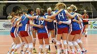 České volejbalistky se radují z vítězství nad Kanadou.