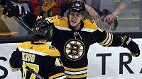 Bostonská radost! Hokejisté Bruins David Pastrňák (88) slaví gól po boku obránce Toreyho Kruga (47).